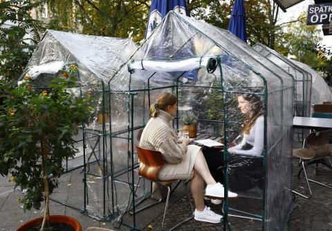 2 mujeres en una carpa de plástico en una cafetería de Berlín el 24 de octubre.