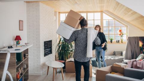 Una pareja en el trastero de casa en medio de una mudanza.