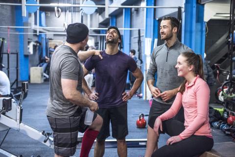 Personas conversando en un gimnasio.