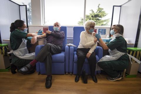 Un matrimonio recibee una vacuna en un hospital de Essex, Inglaterra, el 9 de diciembre.
