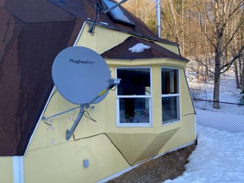 En lo que se refiere a las antenas, la de Hughes Net de un metro es grande y fea en comparación