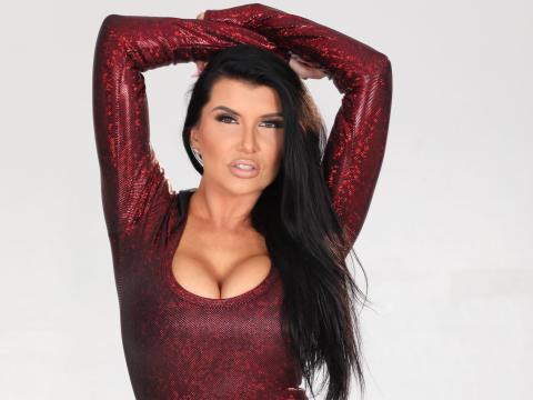 Rain dice que las artistas femeninas tienen muchos más gastos que los hombres, como uñas, cabello, maquillaje y compra de vestuario.