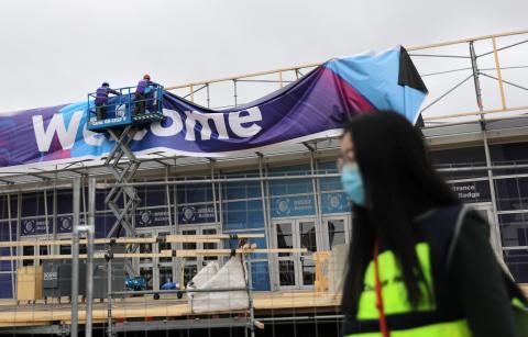 Trabajadores montan el recinto que recibiría al Mobile World Congress en Barcelona, España.