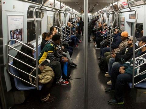 Viajeros de camino a sus trabajos en un tren de Nueva York.