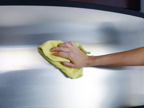 Limpia el acero inoxidable con agua tibia y jabón para platos.