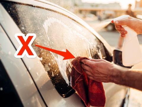 Lava los autos con un trapo de microfibra.