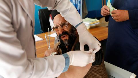 Vacunados contra COVID-19 con la candidata de AstraZeneca.