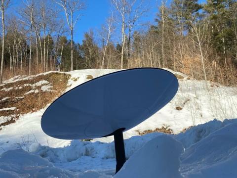 Una vez encendida, la antena empieza a funcionar automáticamente cuando su motor interno encuentra los satélites Starlink en el cielo.