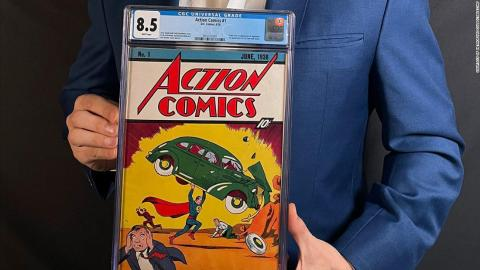 Vicent Zurzolo, director de operaciones de ComicConnect, sostiene el ejemplar recientemente subastado de 'Action Comics #1'.