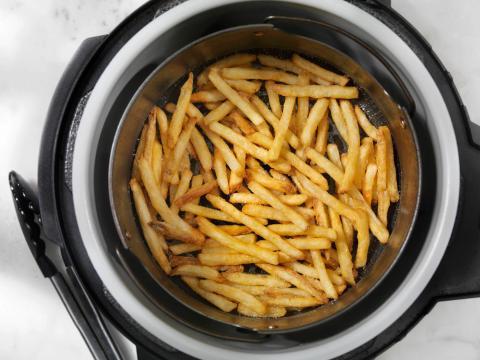 La comida no se cocinará de manera uniforme si está demasiado llena.