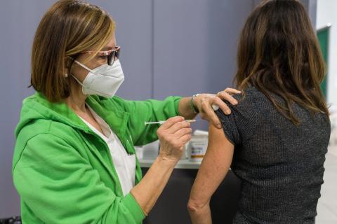 Una sanitaria vacuna con la vacuna de AstraZeneca a una mujer en Bolonia, Italia.