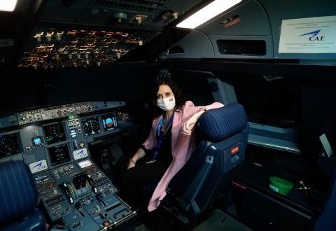 Ayuso en una cabina de avión.