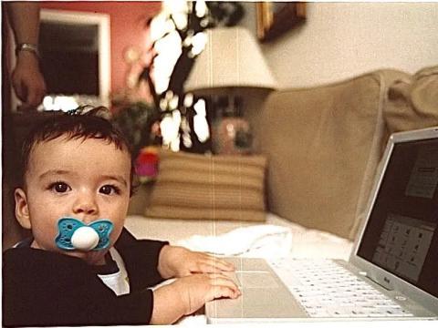 Diego Palma de bebé, en el ordenador de su padre.