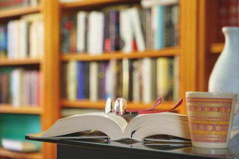 Biblioteca con libro abierto