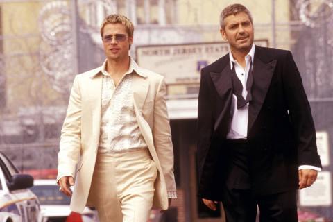 Brad Pitt y George Clooney, en una escena de la película 'Ocean's Eleven'.