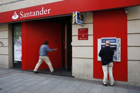 Cliente entrando en entidad del Banco Santander