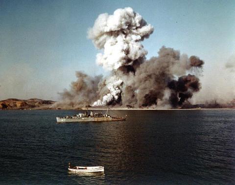 Destrucción del puerto de Hungnam en 1950 en la Guerra de Corea (Wikimedia)