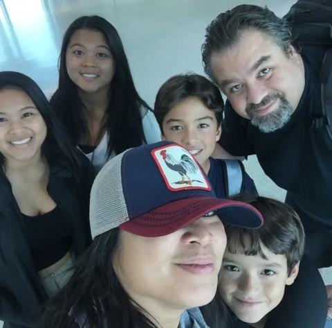 El joven Palma junto a su padre, su madrastra y sus hermanos.