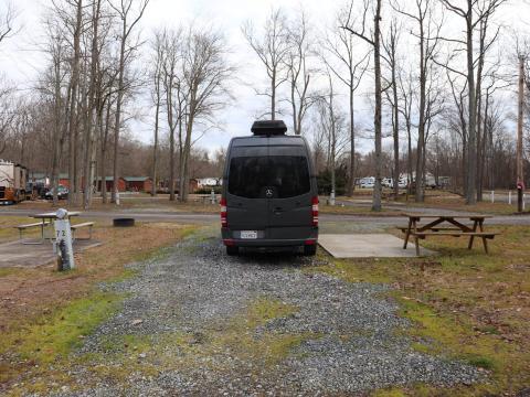 La autocaravana aparcada en un camping.