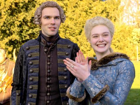 Nicholas Hoult y Elle Fanning en 'The Great'.