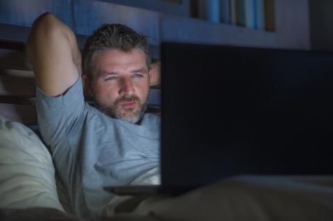 Un hombre mira pornografía en el ordenador
