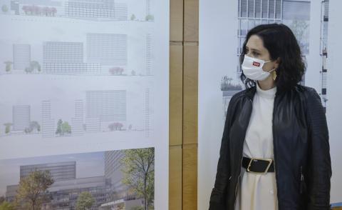 Isabel Díaz Ayuso consulta unos planos.