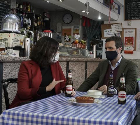 Isabel Díaz Ayuso y Pablo Casado toman una cerveza.