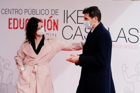 Isabel Díaz Ayuso (PP) junto a Iker Casillas presenta el futuro centro público de Educación Especial en Torrejón de Ardoz que llevará el nombre del futbolista.