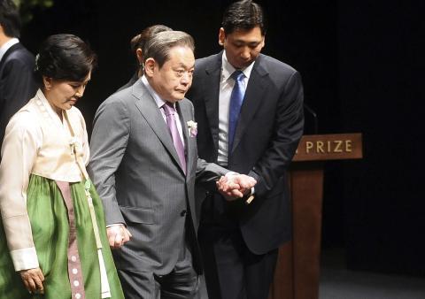Lee Kun-hee abandona la sala donde se entregaron los Premios Ho-Am en 2012 (Reuters)