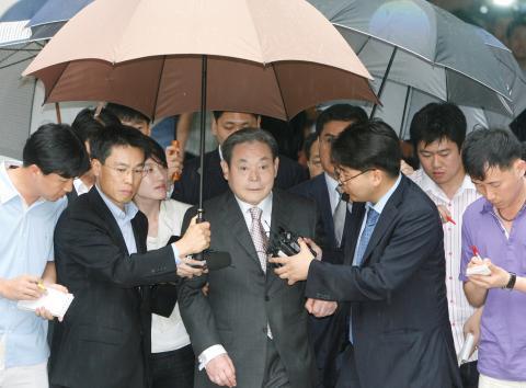Lee Kun-hee a la salida de un juicio en 2008 (Reuters)