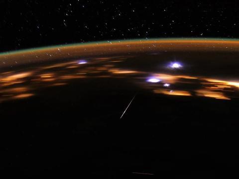 Don Pettit, astronauta a bordo de la Estación Espacial Internacional, fotografía unas Líridas, el 1 de abril de 2012.