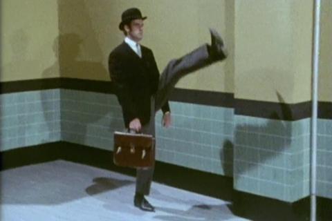 Escena del sketch del Ministerio de Andares Estúpidos de los 'Monty Python'. No sería extraño que este grupo cómico hubiera leído a Cipolla.