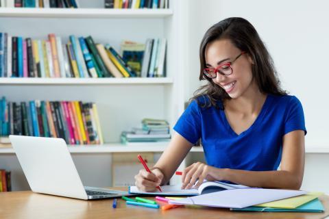 Mujer estudiando un idioma