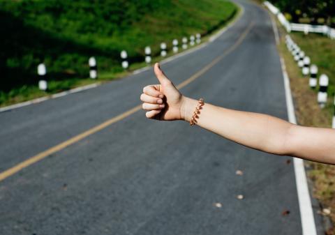 Mujer haciendo autostop