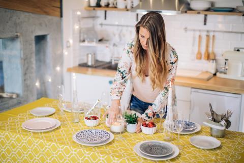 Mujer poniendo la mesa