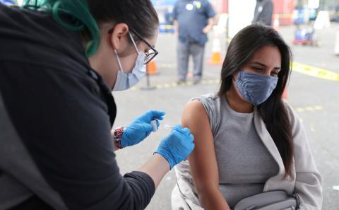 Una mujer recibe la vacuna monodosis de Johnson & Johnson.