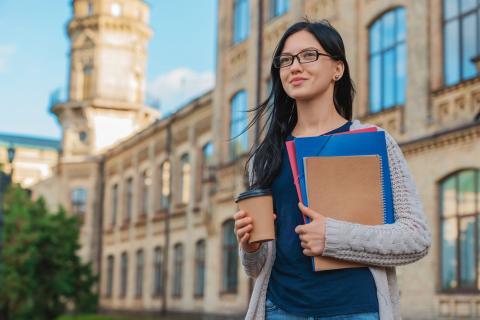 Mujer saliendo de la universidad