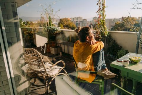 Mujer tomando el sol en la terraza