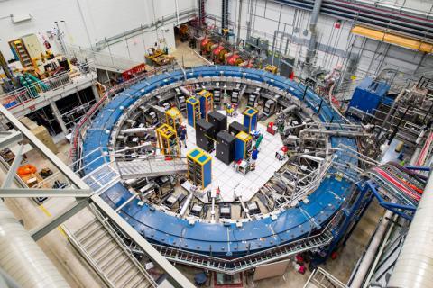 El experimento Muon g-2 es el encargado de medir las oscilaciones de los muones, en su viaje por el campo magnético.