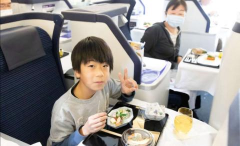 Niño comiendo en avion