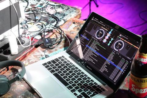 Un ordenador reproduce música.