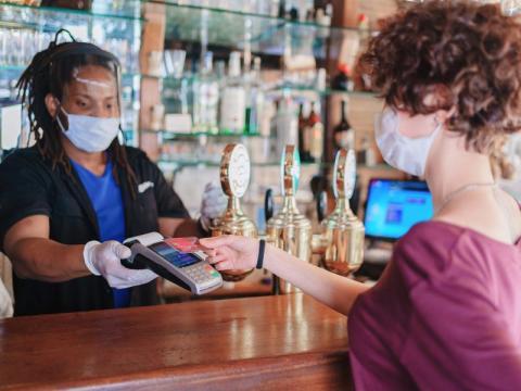 Paga sin contacto en un restaurante con tu tarjeta o móvil.