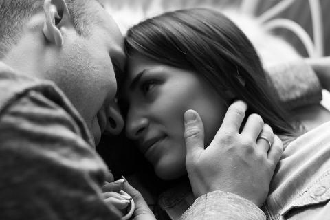 Una pareja se acaricia antes de besarse.