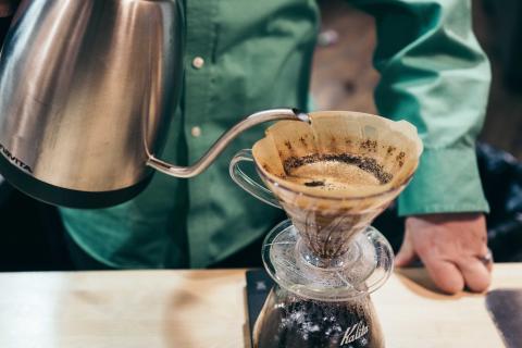 Persona preparando café