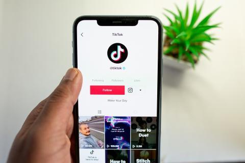 Una persona sostiene un teléfono con la app de TikTok abierta.