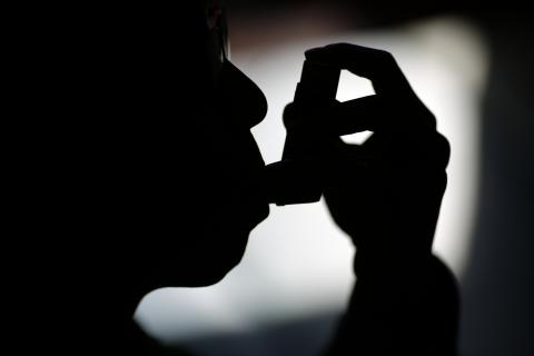 Una persona usando un inhalador