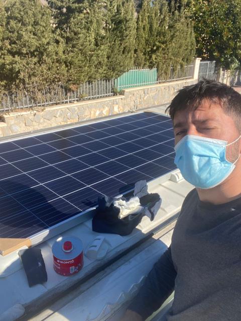 Pablo fijando las placas solares.