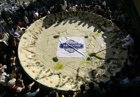 Preparación de 4.000 kilos de hummus en Abu-Gosh (Reuters)