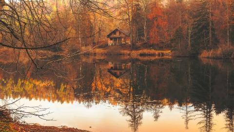 Un río y una cabaña.