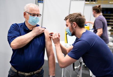 Sanitario poniendo una vacuna